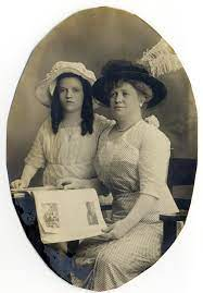 File:Leona Riggs (left) & her mother, Mabel DeGuerre Riggs (right)  (1912).jpg - Wikimedia Commons
