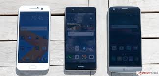 huawei p9 blue color. in the sun (left to right): htc 10, huawei p9, lg p9 blue color