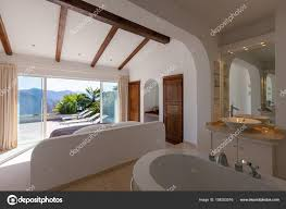 Elegantes Schlafzimmer Mit Badewanne Stockfoto Zveiger 158202016