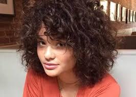 تسريحات شعر مجعد قصير مشاهير