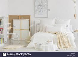 Artists Schlafzimmer Innenraum Mit Karte Poster über Dem Bett Und