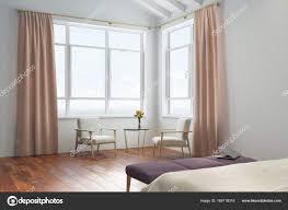 Weiße Schlafzimmer Pfirsich Vorhänge Stockfoto Denisismagilov