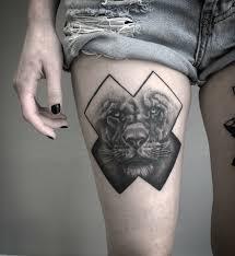 татуировка на бедре у девушки лев фото рисунки эскизы