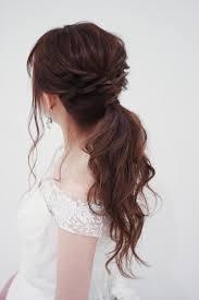 Aラインのウエディングドレスオフショルダーで大胆な着こなし 髪型