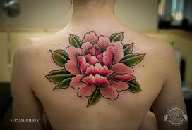 розовый цветок с зелеными листьями на спине фото татуировок