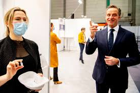 Eerste vaccinatie in Nederland is een historisch moment: de spuiten gaan  naar het museum