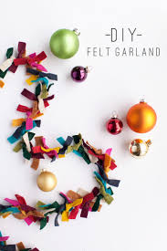 DIY Felt Garland: How gorgeous would this be on a tree strung with simple  white lights? Only using the Felt Christmas Garland as decoration?