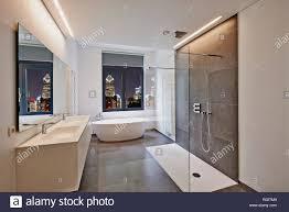 Badewanne In Corian Hahn Und Dusche Im Gefliesten Bad Mit Fenster