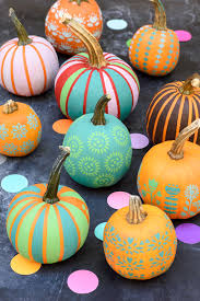 Before plunging a knife in a pumpkin, check out this simple pumpkin  decorating technique using chalk paint and Handmade Charlotte stencils- DIY  pompoenen ...