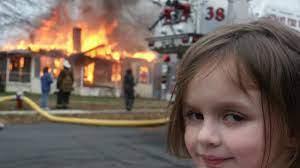 Bé gái với nụ cười ma mị trước ngôi nhà đang cháy được lan truyền khắp MXH  giờ ra sao? - Tin tức