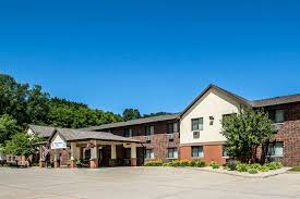 exterior view quality inn suites decorah