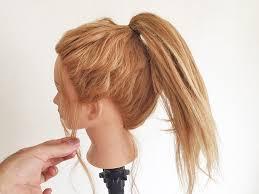 ②こめかみもみあげ耳後ろ襟足などの髪をつまむようにして後れ毛