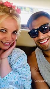 Britney spears is on the move in florida, where her father recently filed to extend her conservatorship. Britney Spears Poses For A Selfie With Boyfriend Sam Asghari After Sharing Photos With Flowers In Her Hair Fr24 News English