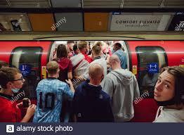 London, Großbritannien. Juli 2021. Englische Fußballfans in der U-Bahn  fahren vor dem Spiel Italien gegen England im Finale der Euro 2020 ins  Wembley Stadium. Quelle: Joao Daniel Pereira Quelle: João Daniel  Pereira/Alamy