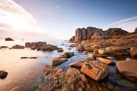 vue sur les rochers de plougrescant au lever du soleil