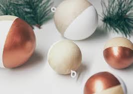 Puristische Weihnachtskugeln Aus Holz Und Kupfer Christmas