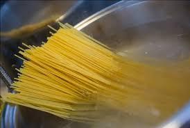 спагетти в кастрюле