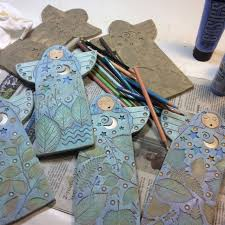 sue davis is painting her clay angels clay projectsclay craftsair dry claypainting techniquesfolk
