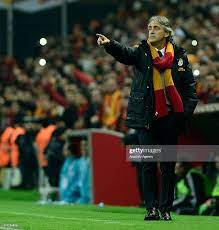Galatasaray's head coach Roberto Mancini reacts during the Turkish...  Nachrichtenfoto - Getty Images