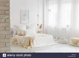 Bett Mit Weißer Bettwäsche In Den Geräumigen Schlafzimmer Innenraum