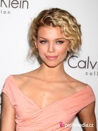 Annalynne Mccord Celebrity účes Happyhair