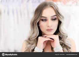 Femme Avec Un Maquillage Professionnel Et Coiffure Pour