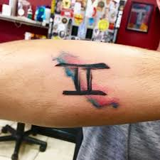 знак близнецы в стиле акварель на руке фото татуировок
