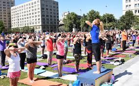 intendente orrego parti de clase de bikram yoga en la plaza de la ciudadanía