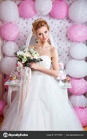ファッション結婚式髪型とウェディング ドレスのスタジオでポーズ美しい