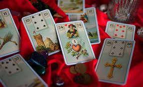 Resultado de imagem para cartas na mesa cigana