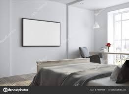 Weiße Schlafzimmer Ecke Mit Einem Tv Gerät Stockfoto