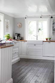 Wooden Floors For Kitchens Havsutsikt I Nya Nr Lantliv The Floor Grey And Cabinets