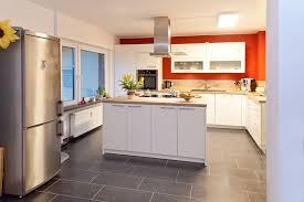 Weiße Holz Küche mit Kochinsel viel Stauraum und Schubladen mit