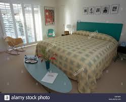 Ovaler Couchtisch Und Charles Eames Stuhl In Modernen Schlafzimmer