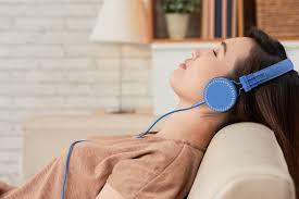 Bahasa inggris mendengarkan musik adalah listening to music. Waktu Terbaik Untuk Belajar Bahasa Asing Adalah Saat Tidur Lelap Halaman All Kompas Com