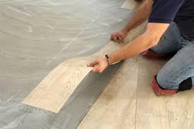 Lll➤ jetzt mehr erfahren die kosten sind dabei jeweils abhängig von verschiedenen faktoren trockensysteme bestehen meist aus vorgefertigten platten, welche man im raum auf einer trockenen und ebenen unterfläche verlegt. Vinylboden Verlegen Kosten Ein Kleiner Uberblick Heimhelden
