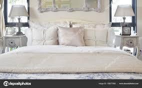 Luxus Schlafzimmer Innenraum Mit Klassischen Stil Tischlampe Und Uhr