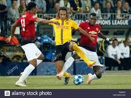 Bern, Schweiz. 19 Sep, 2018. BSC Young Boys 'Kevin Mbabu (C) Mias mit  Manchester Uniteds Paul Pogba (R) während der UEFA Champions League Gruppe  H Übereinstimmung zwischen BSC Young Boys und Manchester