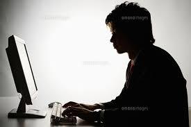 パソコンを操作する日本人ビジネスマン