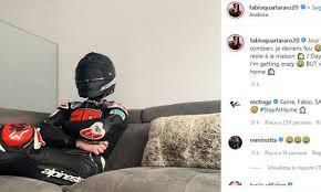 Coronavirus - Quartararo indossa tuta e casco da MotoGp ma... sul divano: