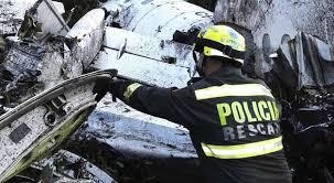 Personal de rescate trabajando en el siniestro aéreo