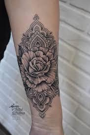 тату графика цветок с орнаментом на предплечье тату чб роза и