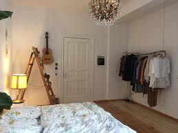 Gemütliches Schlafzimmer Mit Leiterregal Und Diy Kleiderstange