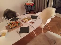 Esstisch Ikea Oval Mit Holzbeinen Weiße Eames Stühle Mit Fell Ikea