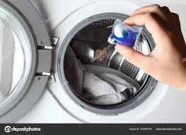 Waschmittel Kapsel Waschmaschine Hand Stockfoto Sergeylapin