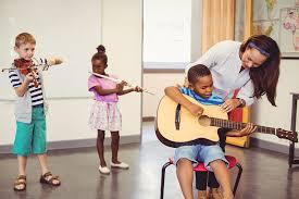 Setiap alat musik ritmis punya bentuk dan cara memainkan yang berbeda. Pengertian Musik Ansambel Dan Jenisnya Kelas Pintar