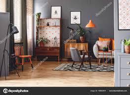 Zwarte Lamp Naast Oranje Stoel Grijs Woonkamer Interieur Met Posters