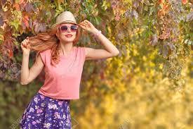 秋のファッション楽しいファッション服装の都市モデルの女性グラマー