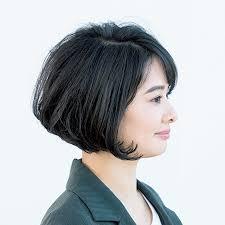 切りっぱなしな毛先はトレンド感がありつつフェミニンなボブヘア40代の