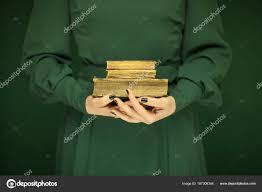 Krásná žena Postava Tmavě Zelené šaty Vintage Knihu Ruce Zelený